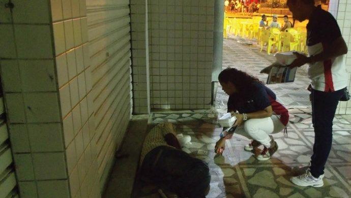 En una acción social, voluntarios sirven más de 500 porciones de comida a personas sin hogar en Florianópolis