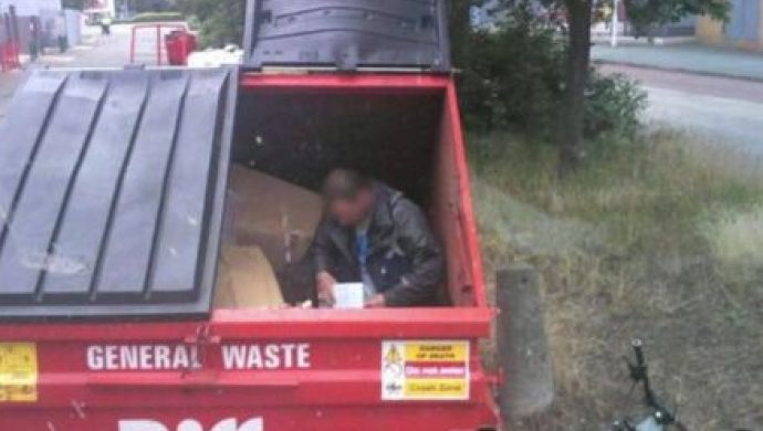 Una persona en situación de calle terminó en un camión de basura en Europa