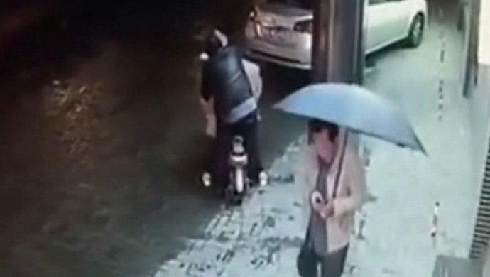 En China, una mujer fue acosada en la calle y nadie se dispuso a ayudarla