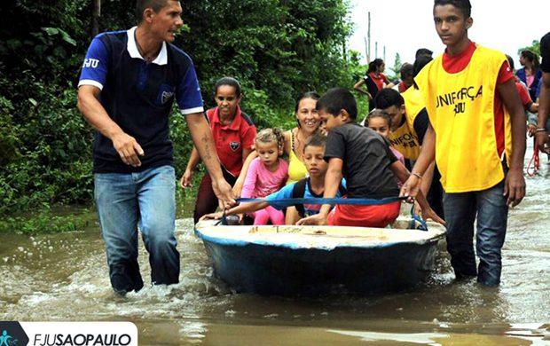 La Fuerza Joven Universal ayuda a las personas que quedaron aisladas debido a la lluvia