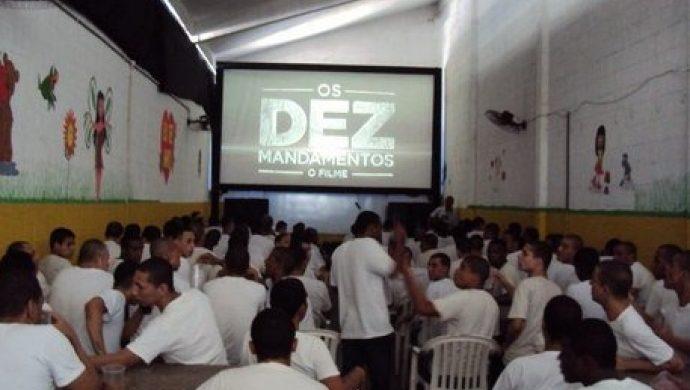 """Detenidos de la cárcel de Bangu ven la película """"Los Diez Mandamientos"""""""