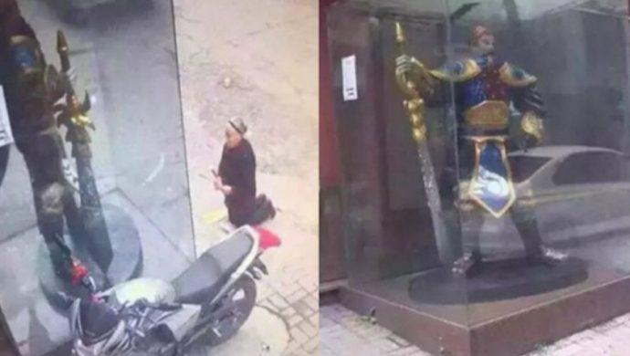 Una anciana china se arrodilla para idolatrar una estatua de un personaje de videojuego
