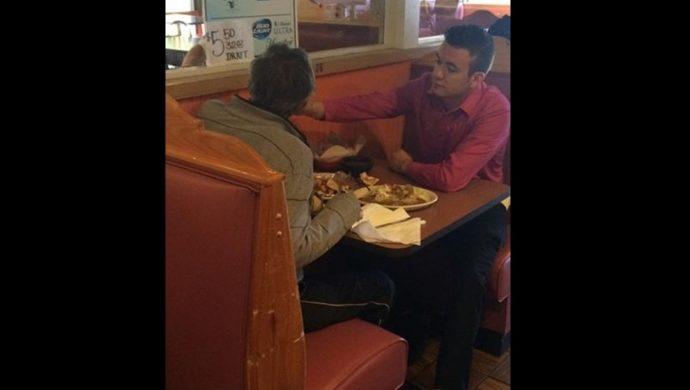 Un camarero le sirve comida en la boca al cliente y la foto se difunde en internet