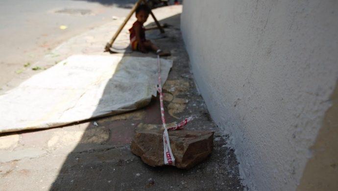 India amarra a una bebé en una piedra para poder trabajar