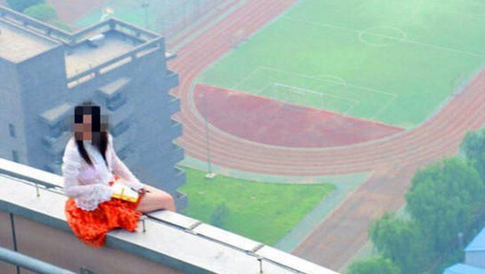 Una mujer renuncia a suicidarse, pero, llevada por la fuerza del viento, muere