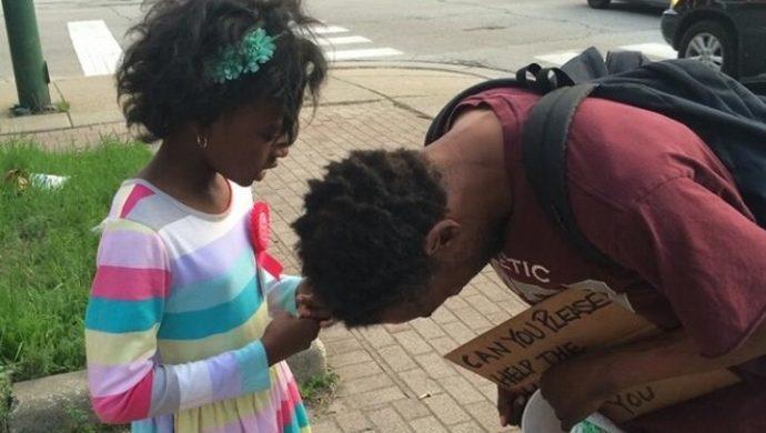 Foto de la niña orando por una persona en situación de calle en Estados Unidos impacta a los internautas
