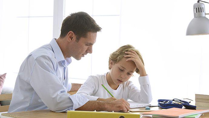 Padre estudia con su hijo para incentivarlo, rinde examen de ingreso y entra a la universidad
