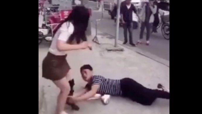 Hombre rechazado se desespera y agarra a su ex novia de las piernas