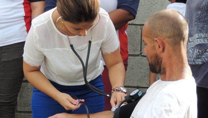 Los habitantes de Canoas reciben ayuda de los voluntarios de la Universal