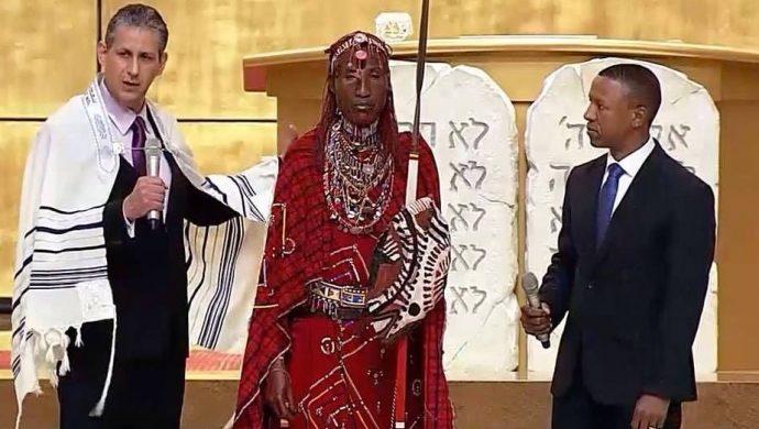 Miembro de la tribu Maasai visita el Templo de Salomón