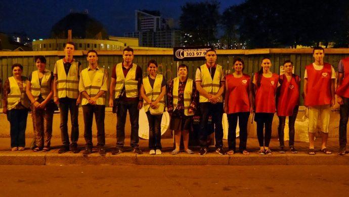 Los Ángeles de la Noche ayudan a las personas en situación de calle en la capital de Ucrania