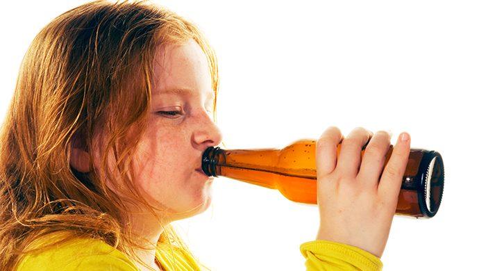 Las consecuencias de ofrecerle bebidas alcohólicas a los hijos