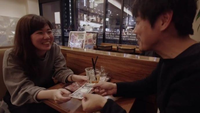Japonesa le paga a un extraño para que la escuche