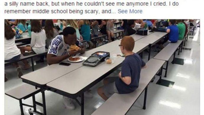 Atleta le hace compañía a un niño autista que estaba almorzando solo