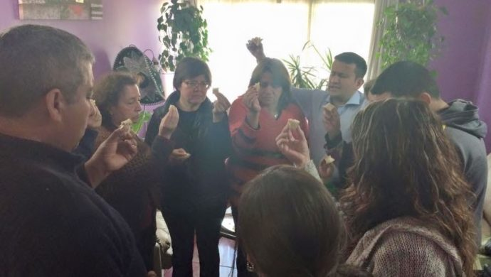 Los voluntarios llevan oraciones a las residencias de Chile