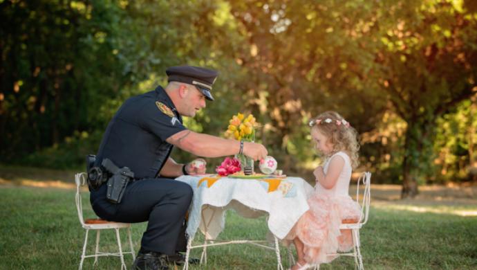 Niña de 2 años invita al policía que la salvó a tomar el té