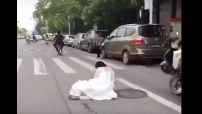 Una novia se cae de la bicicleta motorizada que su novio conducía, él no se percató del hecho y siguió el viaje