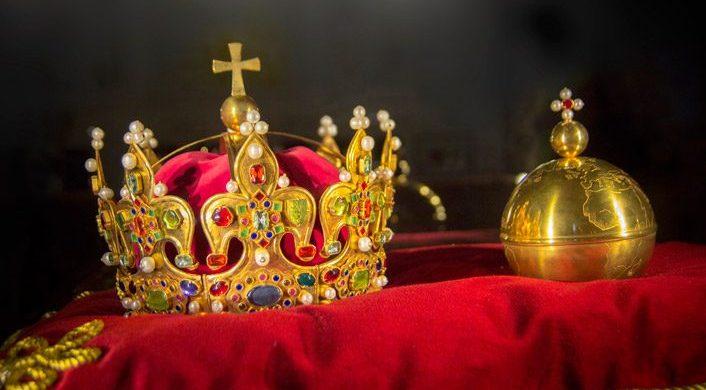 ¿Teocracia, monarquía, dictadura, democracia o qué?