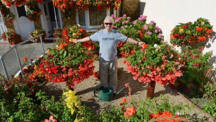 Él no ve, pero cultiva un jardín admirable