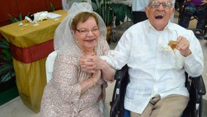 Mujer se casa por primera vez a los 80 años