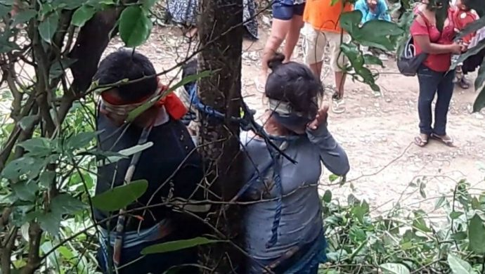 Ataron a una mujer a un árbol con hormigas venenosas y murió