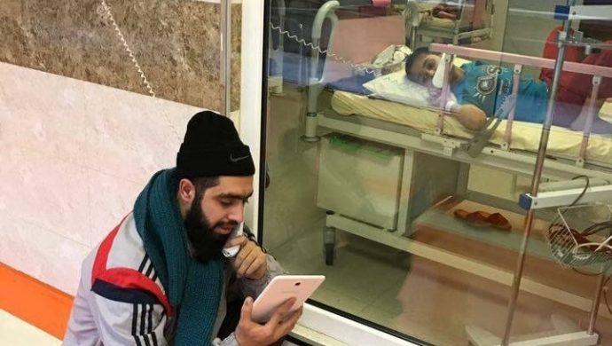 Un profesor visita a un niño en un hospital para darle clases