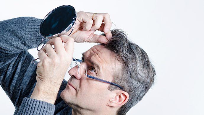 Cómo cuidar los cabellos grisáceos