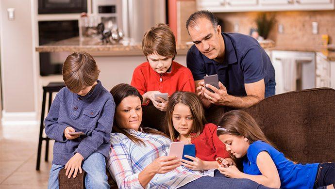 Padres e hijos unidos por el vicio tecnológico