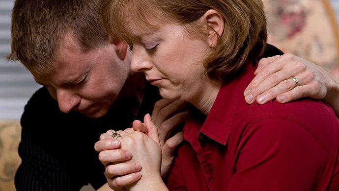 Padres rezan en vez de llamar al médico y el hijo muere