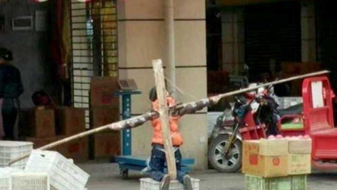 Padre crucifica a su hijo porque no hizo los deberes