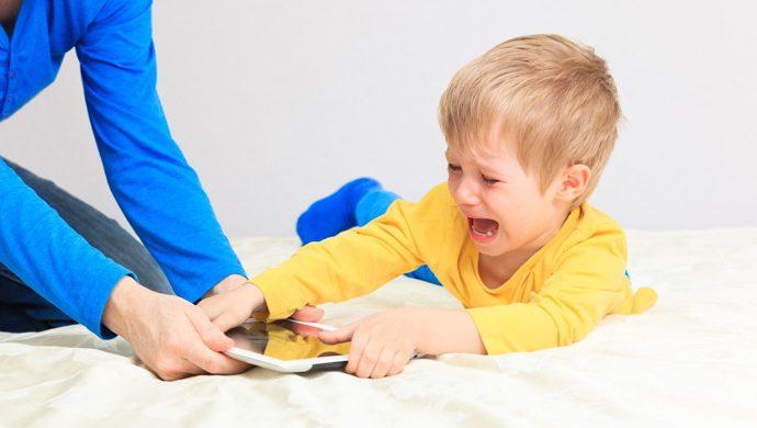 ¿Por qué su hijo hace berrinches?