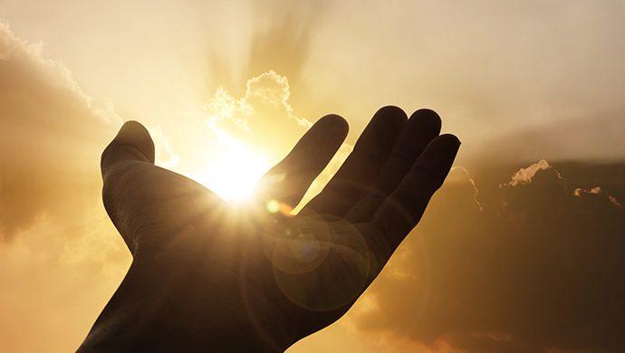Entienda el poder de las manos de Dios en la vida de una persona
