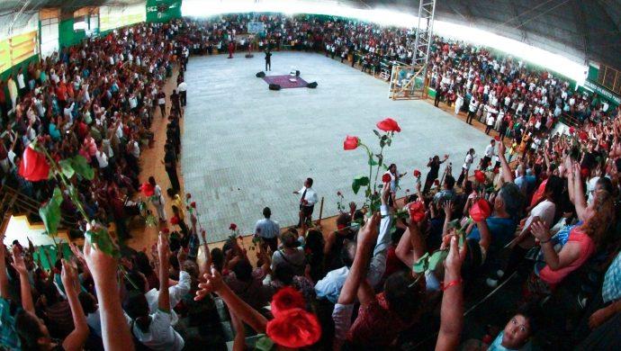 Reunión de la Universal llena un gimnasio en Bolivia