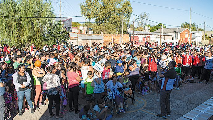 El T-Ayudo visita Villa Inflamable con una ayuda solidaria de más de 5 toneladas y 12 540 prendas