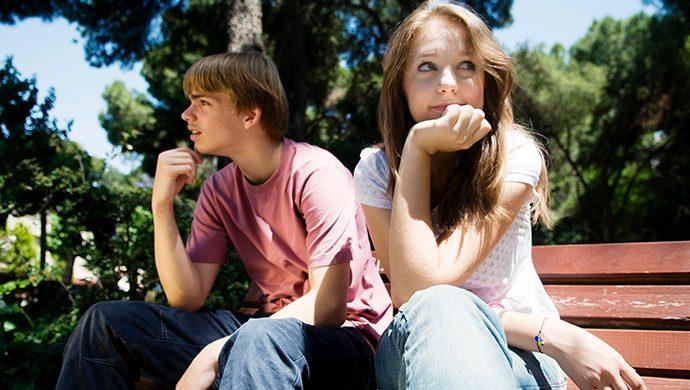 ¿Puedo estar de novia con alguien que no conoce a Dios para ayudar en su conversión?