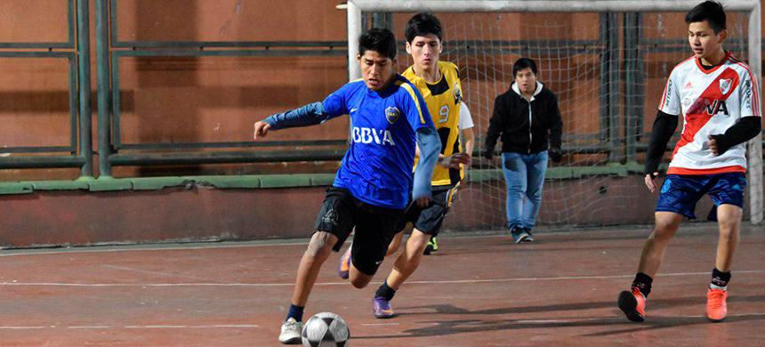 Torneo de fútbol en Flores