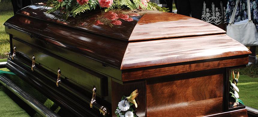 Lidiando con la muerte: hay personas que se reúnen para decorar sus propios ataúdes