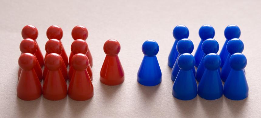 Dos grupos de personas con dos destinos finales