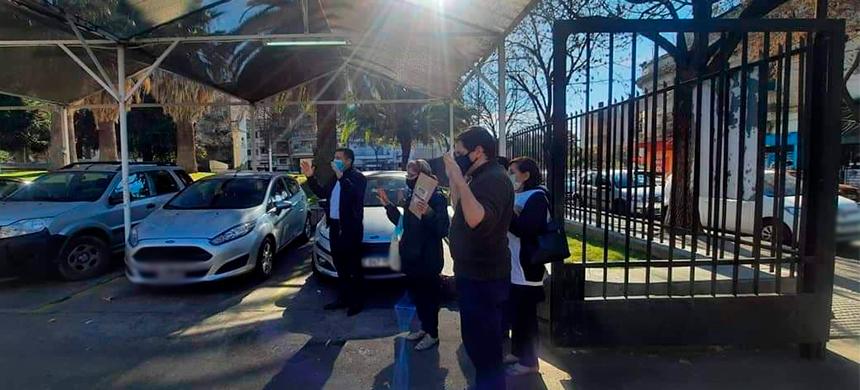 Los integrantes del grupo Salud de la ciudad de Buenos Aires realizan oraciones en las puertas de los hospitales