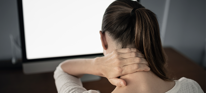 Tener una mala postura corporal al trabajar causa dolores crónicos en la espalda