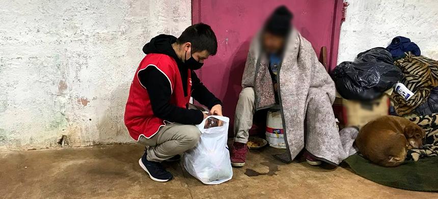 Los voluntarios de la Unisocial entregaron abrigos a las personas que están en situación de calle